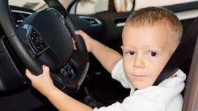 驾驶汽车的小男孩 库存照片