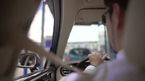 驾驶汽车的年轻商人,支付停放,优质的服务,运输 股票视频