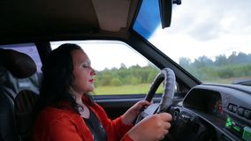 驾驶汽车的年轻时髦的深色的妇女 股票录像