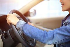 驾驶汽车的幼小亚洲妇女司机 免版税库存图片