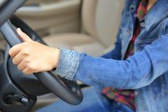 驾驶汽车的幼小亚洲妇女司机 库存图片