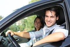 驾驶汽车的快乐的夫妇 库存照片