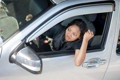 驾驶汽车的恼怒的妇女 免版税库存图片