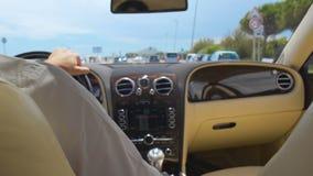 驾驶汽车的成功的商人在游览城市,去到见面 股票视频