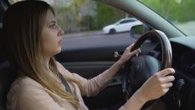 驾驶汽车的成功的女商人,赶紧到会议 运输 股票录像