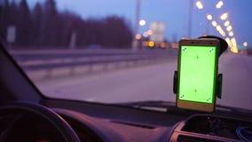 驾驶汽车的某人在晚上在国家 股票录像