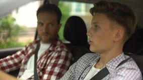 驾驶汽车的男性辅导员教学少年,安全规则,特写镜头 影视素材
