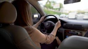 驾驶汽车的繁忙的女商人,赶紧到会议 运输 股票录像