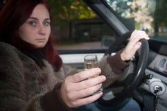 驾驶汽车的醉酒的妇女 库存照片