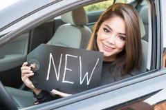 驾驶汽车的青少年的女孩 库存照片