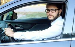 驾驶汽车的年轻商人 免版税图库摄影
