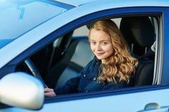 驾驶汽车的年轻确信的妇女 库存图片