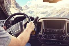 驾驶汽车通过山交换或在一条农村路的RV 免版税库存照片