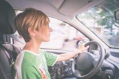 驾驶汽车,内部接近的妇女 免版税图库摄影