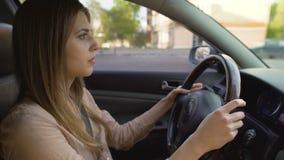 驾驶汽车,密集的城市交通,大城市生活的自信企业夫人 股票录像