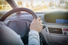 驾驶汽车,看法的妇女从后面 免版税库存照片