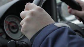 驾驶汽车,仪表板背景的特写镜头男性手 焦点从手移动到车速表 股票视频