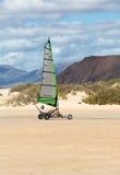 驾驶沙子的人们乘快艇在海滩 免版税库存照片