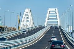 驾驶沿克里米亚半岛桥梁 21世纪的一个宏伟的大厦 新的桥梁 免版税库存图片