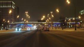 驾驶沿列宁格勒大街的一辆汽车在莫斯科在冬天夜 股票录像