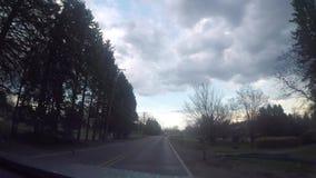 驾驶沿宾夕法尼亚主路在丑恶的阴暗天与是赞成 股票视频