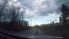 驾驶沿宾夕法尼亚主路在丑恶的阴暗天与是赞成timelapse 股票录像