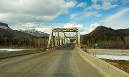 驾驶沿阿拉斯加高速公路春天 库存图片