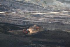 驾驶沿露天开采的重的采矿翻斗车 免版税库存图片