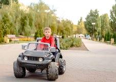 驾驶玩具卡车的逗人喜爱的小男孩 库存图片