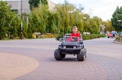驾驶玩具卡车的逗人喜爱的小男孩 免版税库存照片