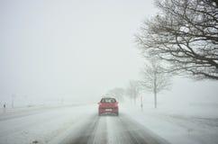 驾驶由暴风雪的冬天 免版税库存图片