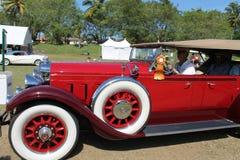 驾驶的古色古香的美国豪华汽车 库存照片
