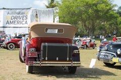 驾驶的古色古香的美国豪华汽车 免版税库存照片