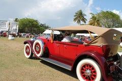 驾驶的古色古香的美国豪华汽车 免版税库存图片