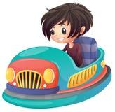驾驶碰撞用汽车的男孩 免版税库存图片