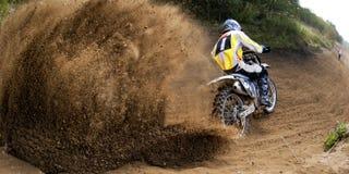 驾驶种族摩托车的摩托车越野赛 免版税库存图片