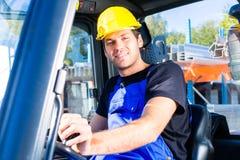 驾驶站点板台运输者或推力叉式装载机的建造者 免版税库存照片