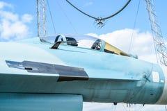 驾驶舱接近白色蓝色争斗飞机 免版税图库摄影