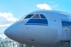 驾驶舱接近白色蓝色的喷气式飞机飞机 免版税库存图片