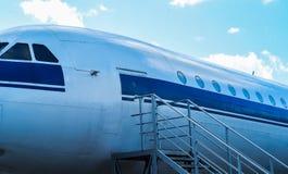 驾驶舱接近白色蓝色的喷气式飞机飞机 免版税库存照片