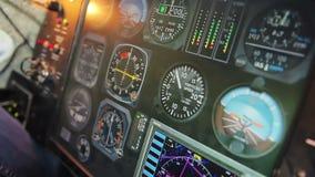 驾驶舱显示飞行细节、测量的高度和速度的盘区仪器 股票录像