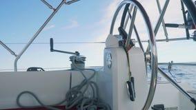 驾驶舱海和天空视图  方向盘是由自动驾驶仪,把柄控制的在板钳 股票录像