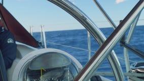 驾驶舱海视图与被聚焦的指南针和板钳的有在前景的把柄的 影视素材