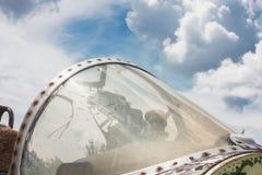 驾驶舱老航空器的看法在背景天空的 库存图片
