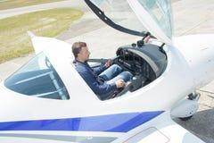 驾驶舱航空器的向下看法人 免版税库存照片