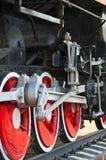 驾驶蒸汽机车的牵引轮子 免版税库存照片