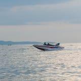 驾驶行动(速度小船)的汽船 库存图片