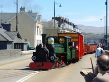驾驶街道的蒸汽火车 库存照片
