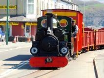 驾驶街道的蒸汽火车 免版税库存照片