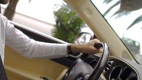 驾驶豪华汽车的衣服的人在游览城市,成功的富裕的商人 股票视频